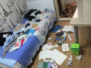 物が散乱している部屋