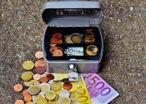 コインがたくさん入った金庫