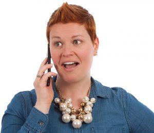 電話をする外国人の母