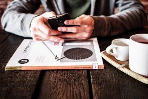 カフェで携帯を見る男性