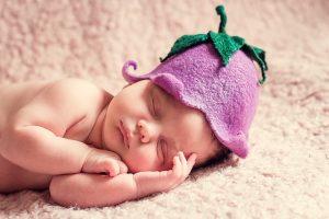 なすびの帽子をかぶった赤ちゃん