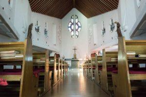 白い教会の内観