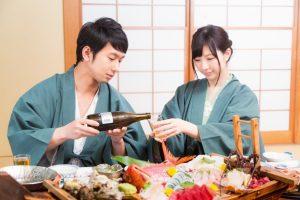 温泉旅行で食事を摂るカップル