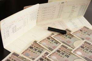 お札と通帳と印鑑