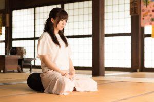 座禅を組む若い女性
