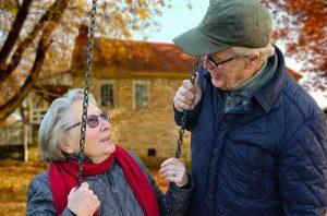 ブランコに乗る祖母と支える祖父