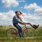 自転車に乗る旦那とカゴに乗る嫁