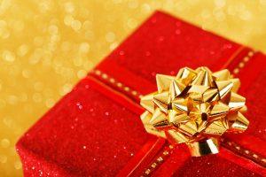 赤い包装紙のプレゼント