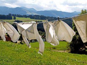 外で洗濯ものを干しているところ