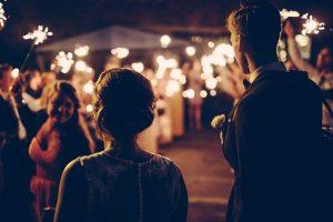 暗い結婚式の会場