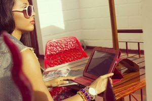 カフェでiPadを触る女性