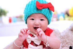 青い帽子をかぶった赤ちゃん