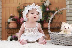 白い帽子をかぶった赤ちゃん