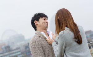 夫の胸倉を掴む妻