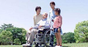 車いすに乗った祖父とその家族