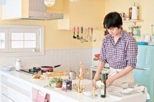 食器を洗う若い夫