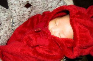 赤い布に包まれた赤ちゃん