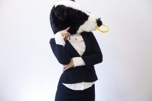 考え事をしている牛