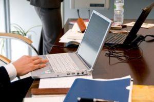 パソコンで仕事をするサラリーマンの手