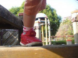今にも走ろうとする女の子の足