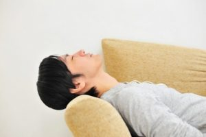 ソファで寝ころんだ夫