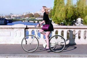 スポーツ自転車に乗る女性
