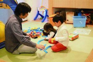 プレイルームで遊ぶ親子