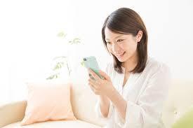 携帯で調べ物をする女性