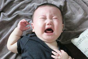 泣き顔が不細工な赤ちゃん