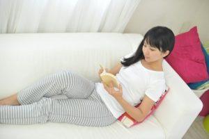 読書中の若い女性