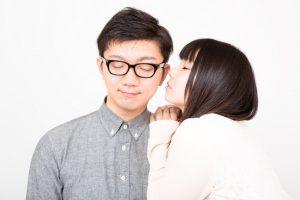 夫のほっぴにキスをしようとする妻