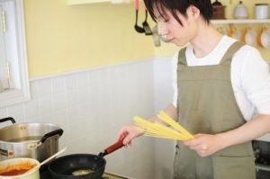 料理を手伝ってくれる男性