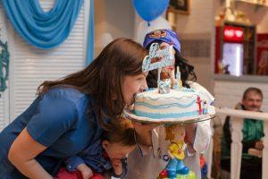 ケーキにかぶりつく母親