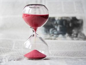 新聞の上に乗った砂時計
