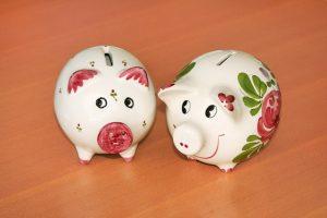 対になった豚の貯金箱