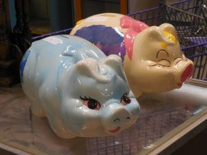 水色とピンクの豚の貯金箱
