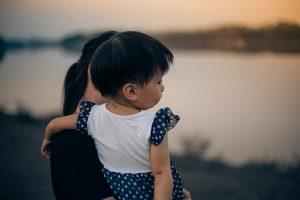 川岸に立つ母と息子