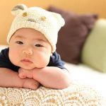 腕を組む赤ちゃん