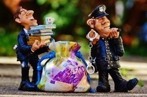 汚職警官と弁護士の人形