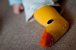 赤ちゃんの靴下を履いた足