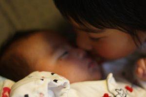 赤ちゃんとキスする女の子