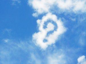 雲に浮かぶはてなマーク