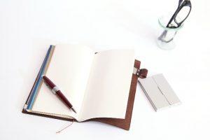 手帳とペンと眼鏡