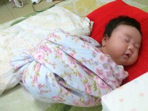 おひなまきで寝る赤ちゃん