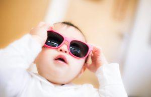 サングラスをかけた赤ちゃん