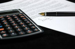 電卓と書類とペン