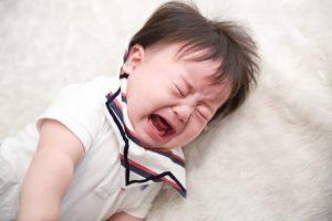 寝ながら泣いている赤ちゃん