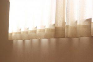 カーテンから漏れる光