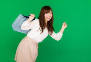 笑顔で買い物に行く女性