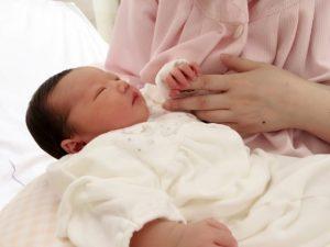 ママに抱っこされて寝ている赤ちゃん